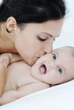 Het spelen van de moeder en van de dochter gelukkig op wit bed Royalty-vrije Stock Foto