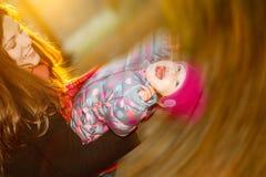 Het spelen van de moeder en van de dochter in het park Stock Foto's