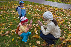 Het spelen van de moeder en van de dochter klopje-a-cake Royalty-vrije Stock Fotografie