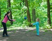 Het spelen van de moeder en van de dochter met bal Stock Afbeeldingen
