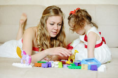 Het spelen van de moeder en van de dochter met blokken Stock Fotografie