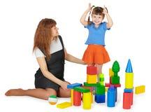 Het spelen van de moeder en van de dochter met kleurenblokken Royalty-vrije Stock Afbeelding