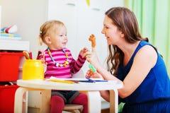 Het spelen van de moeder en van de dochter met vingerspeelgoed royalty-vrije stock foto