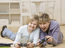 Het spelen van de moeder en van de dochter videospelletje Stock Foto