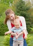 Het Spelen van de moeder en van de Zoon Royalty-vrije Stock Foto's