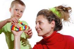 Het spelen van de moeder en van de zoon royalty-vrije stock afbeeldingen