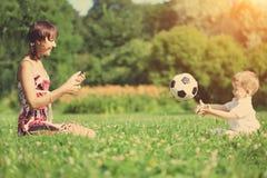 Het spelen van de moeder en van de zoon bal in het park royalty-vrije stock foto