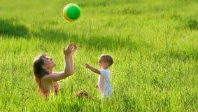 Het spelen van de moeder en van de zoon met bal Stock Afbeeldingen
