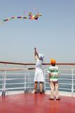 Het spelen van de moeder en van de zoon met multicolored vlieger Stock Afbeelding