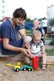 Het spelen van de moeder en van het kind met stuk speelgoed Stock Afbeeldingen