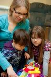 Het Spelen van de moeder en van Kinderen Stock Afbeeldingen