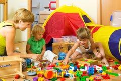 Het spelen van de moeder en van kinderen Stock Afbeelding