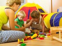 Het spelen van de moeder en van kinderen Stock Foto's