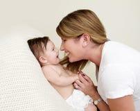 Het spelen van de moeder met baby stock afbeelding