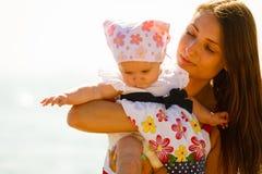 Het spelen van de moeder met baby op strand Stock Fotografie