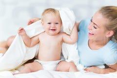 Het spelen van de moeder met haar baby Stock Afbeeldingen