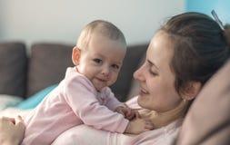 Het spelen van de moeder met haar baby Royalty-vrije Stock Afbeeldingen