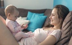 Het spelen van de moeder met haar baby Royalty-vrije Stock Foto