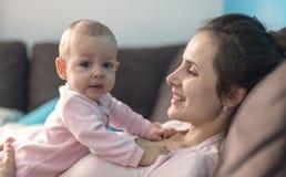 Het spelen van de moeder met haar baby Stock Foto