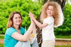 Het spelen van de moeder met haar dochter Stock Foto