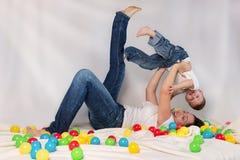 Het spelen van de moeder met haar zoon stock afbeeldingen