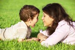 Het spelen van de moeder met haar zoon openlucht Stock Fotografie