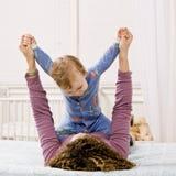 Het spelen van de moeder met zoon op bed in slaapkamer Stock Foto