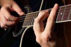 Het spelen van de musicus gitaar Stock Foto