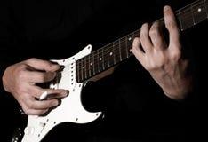 Het spelen van de musicus gitaar Royalty-vrije Stock Afbeeldingen