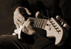 Het spelen van de musicus gitaar Stock Fotografie