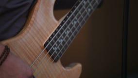 Het spelen van de musicus gitaar stock videobeelden
