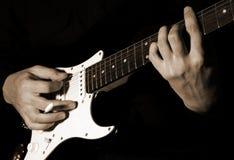 Het spelen van de musicus gitaar stock afbeelding