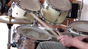 Het spelen van de musicus trommels stock videobeelden