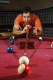 Het spelen van de persoon snooker (nadruk op de speler) stock foto