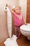 Het spelen van de peuter in badkamers stock foto