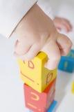 Het spelen van de peuter met blokken Stock Foto