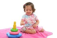 Het spelen van de peuter met generisch stuk speelgoed Stock Foto's