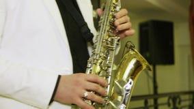 Het spelen van de Saxofoon stock video