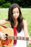 Het spelen van de schoonheid gitaar Royalty-vrije Stock Afbeeldingen