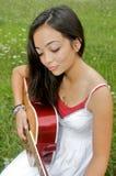 Het spelen van de schoonheid gitaar Royalty-vrije Stock Foto's