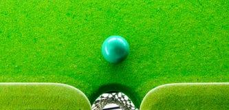 Het spelen van de snooker stock foto