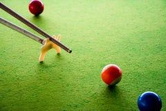 Het spelen van de snooker royalty-vrije stock afbeeldingen