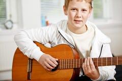 Het spelen van de tiener gitaar Stock Afbeeldingen