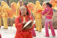Het spelen van de trommel en van de gong op gelukkig ogenblik Royalty-vrije Stock Afbeeldingen