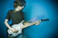 Het spelen van de tuimelschakelaar gitaar op blauw royalty-vrije stock foto