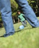 Het spelen van de vader en van de zoon. royalty-vrije stock fotografie