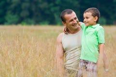 Het spelen van de vader en van de zoon Royalty-vrije Stock Foto's