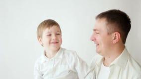 Het spelen van de vader en van de zoon op bed stock video