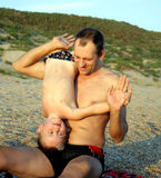 Het spelen van de vader en van de zoon op het strand Stock Fotografie