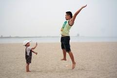 Het spelen van de vader en van de zoon op strand Royalty-vrije Stock Foto